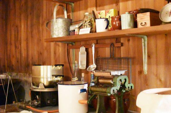 小屋の中は安藤百福が実際に開発に使用した道具が再現されていました