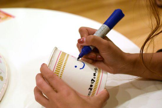 マジックでカップに好きな絵を描きます