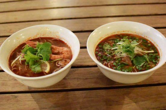 左:タイのトムヤムクンヌードル 右:中国の蘭州牛肉面