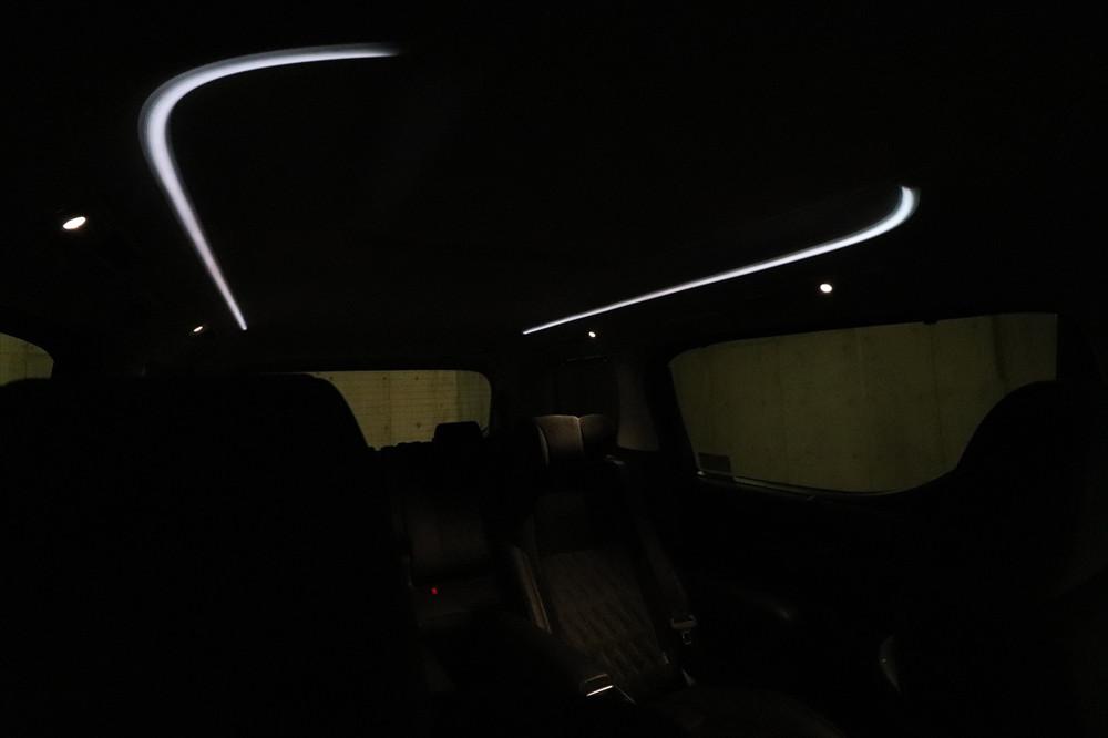 天井にはLEDのアンビエントライト(間接照明)が光り夜間のムードを演出する