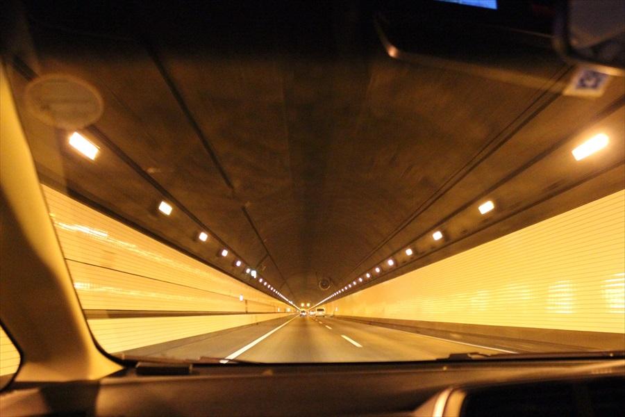 トンネルの照明は奥に行くほど暗くなる