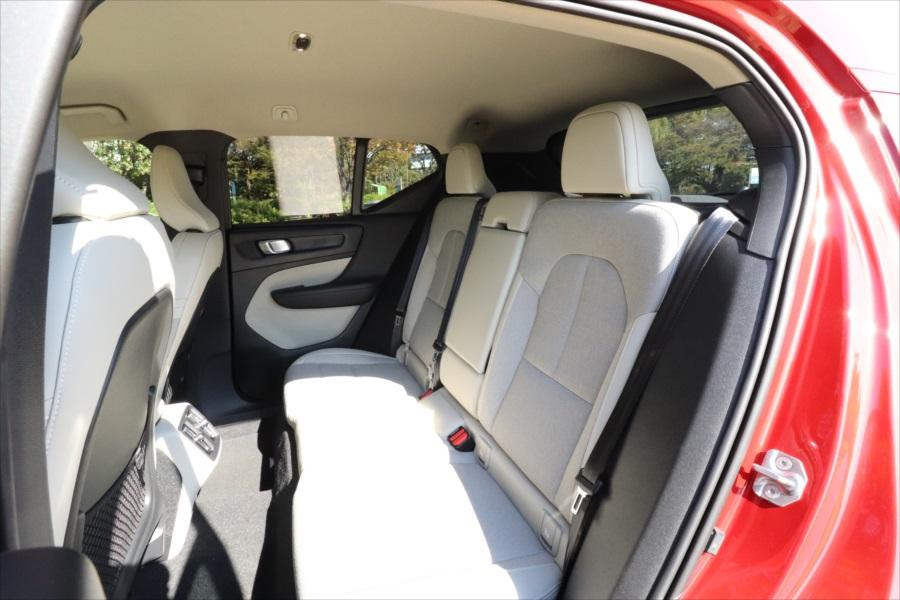 後ろの席は運転席より一段高くなっているので、景色が見やすい