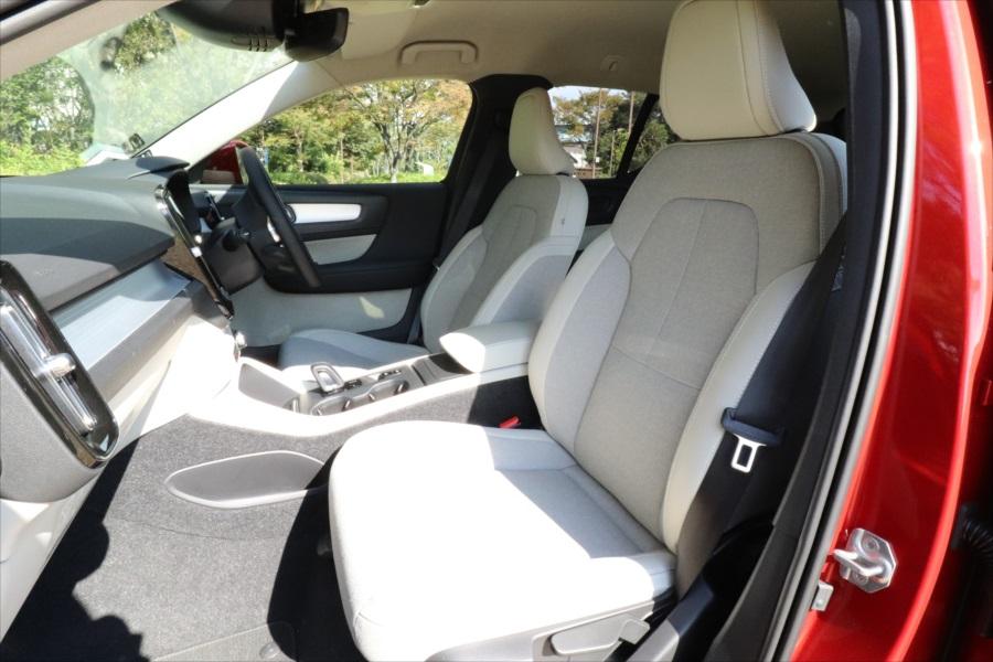 レザーとファブリックが使われているシート。運転席は電動調整式