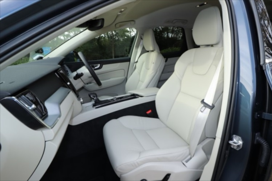 シートはレザー。運転席も助手席も電動調整式