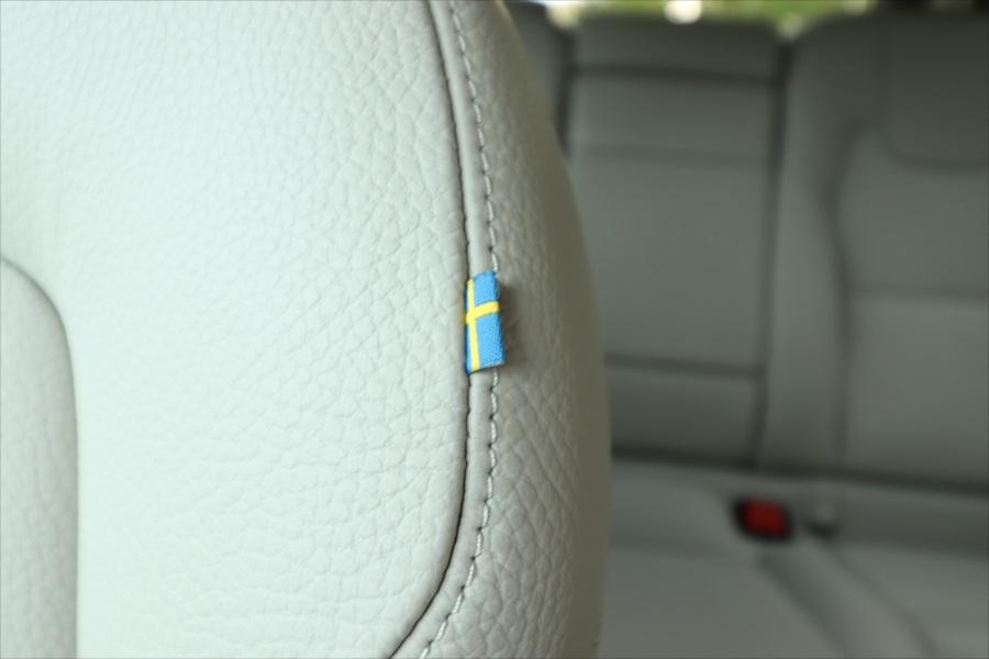 運転席のシートにはスウェーデン国旗のタグがついている