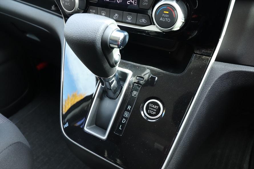 「セレナ」などシフトレバー周辺にボタンがある車種もある