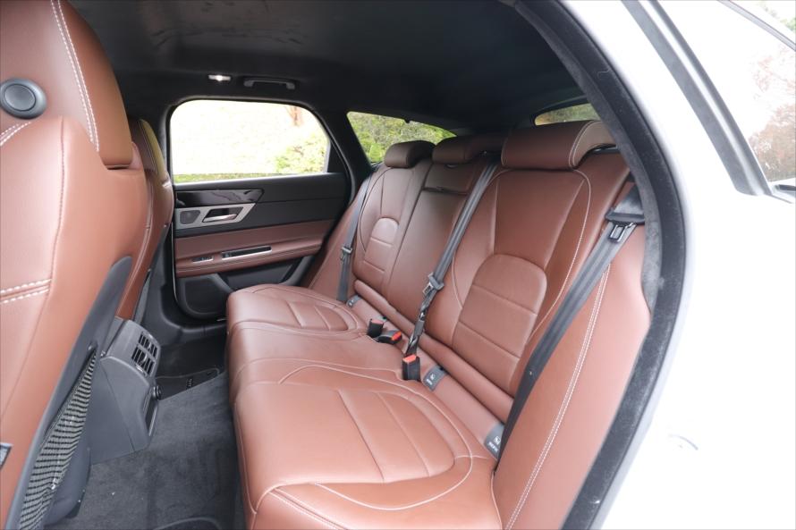 後ろの席も座り心地がよく足元も広いため、長距離のドライブも快適