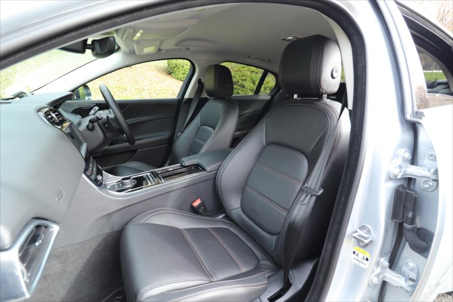 「グレインレザー(本革)」のシートは、「XFスポーツブレイクR-SPORT」と同じく電動調整式