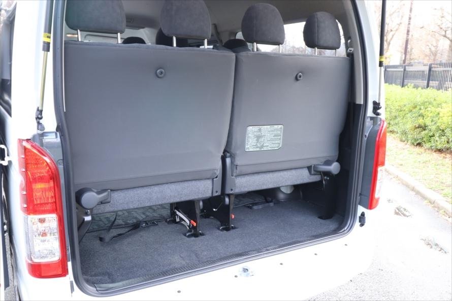 4列目のシートを使用すると、荷室に荷物はほとんど載らない