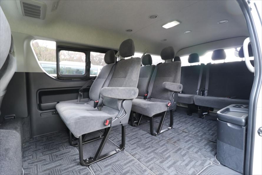 後ろのシートは、観光バスのような雰囲気。窓が大きいので後ろに座る人も見晴らしが良い