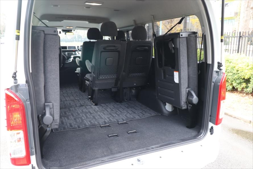 4列目のシートを左右に跳ね上げれば、荷室を広く使える。2、3列目のシートは動かせない