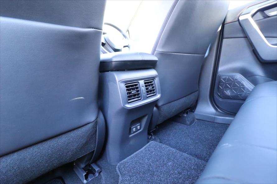 後ろの席に座る人のために、エアコン吹き出し口と2つのUSBポートが備わっている