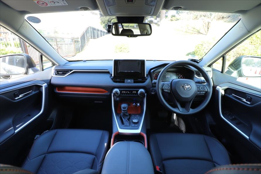 オレンジのアクセントがお洒落な内装。運転席からボンネットが見えるため、車幅感覚がつかみやすい
