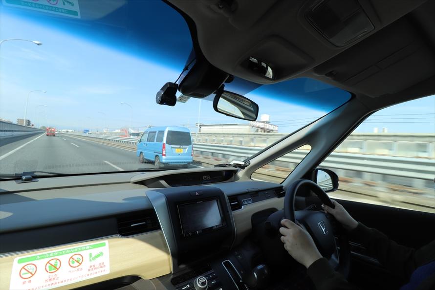 ミラーと目視で「このクルマが行ったら入ろう」と決めて加速しながら車線変更をする