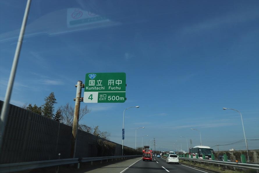 出口標識は2km手前から現れる。「出口2km」を過ぎたら左車線に入ろう
