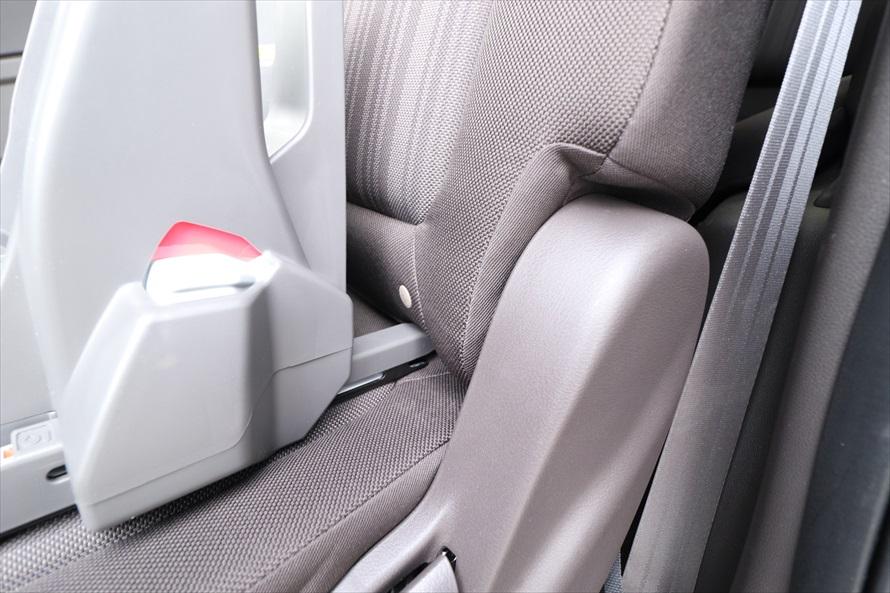 シートクッション左右の奥にある金具にチャイルドシートのコネクターを差し込み、固定する