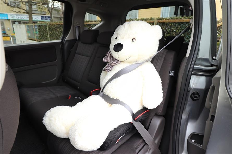 大人と同じようにシートベルトを装着する