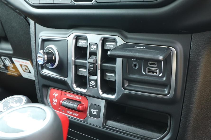 赤い部分の「電子制御式フロントスウェイバー」も、通常は操作しない。その上はパワーウインドウのスイッチとUSBポート