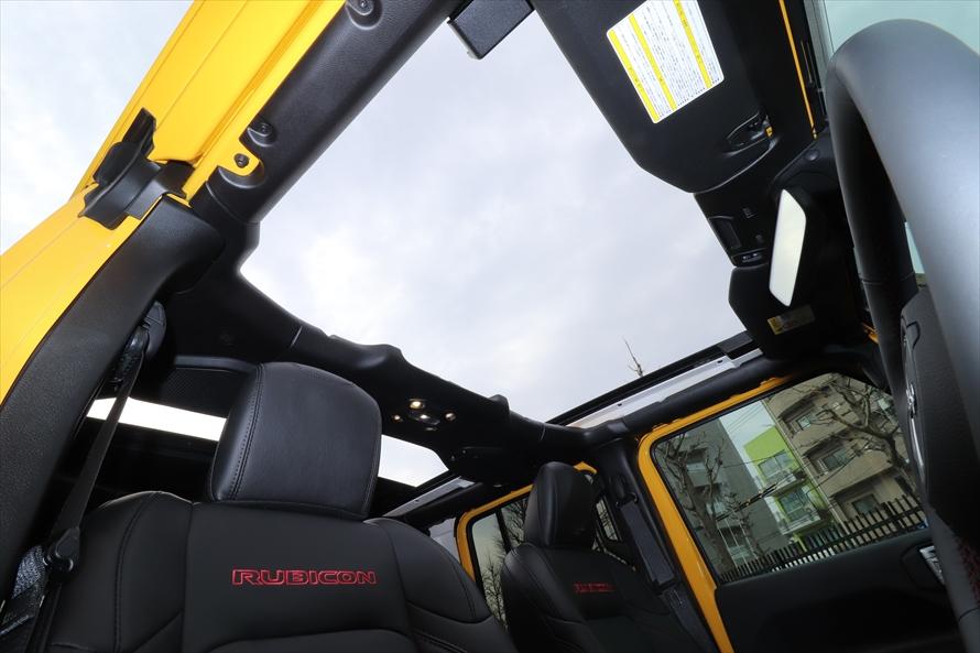 「スカイワンタッチパワートップ」は運転席・助手席だけでなく、後ろの席の頭上まで開く