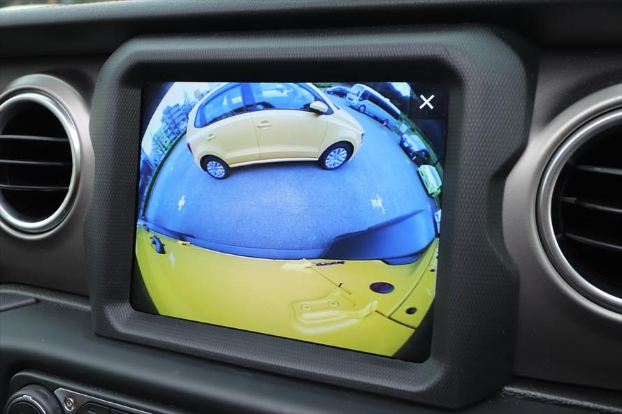 カメラボタンを押すと、バックカメラの他、左側面が映るサイドカメラとフロントカメラに切り替えられる