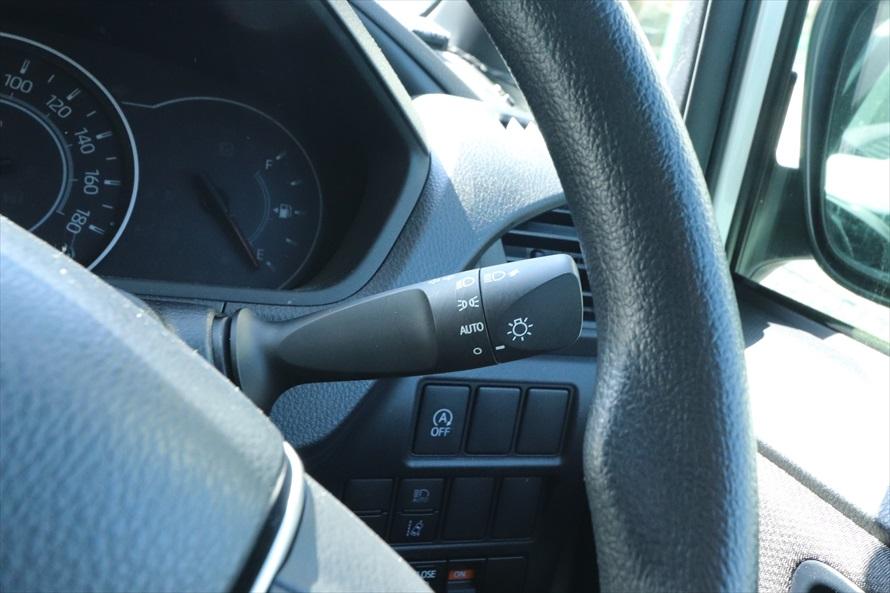 ヘッドライトのスイッチは通常、ウィンカーレバーにある