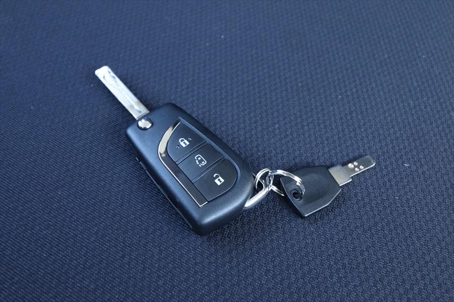 ドアロックの施錠/解錠のボタンとエンジンをかける金属製の鍵がある