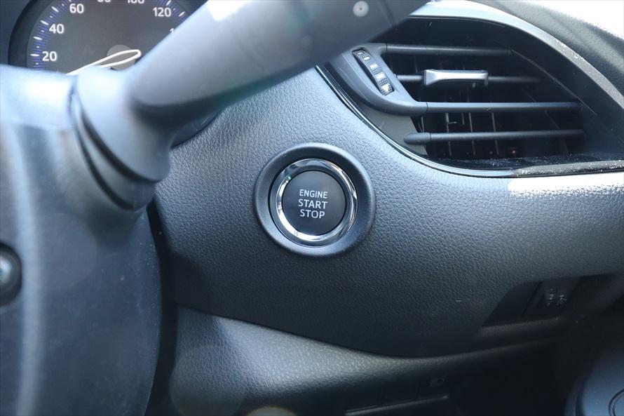 スタートボタンの位置はハンドル奥の左か右にあるのが一般的