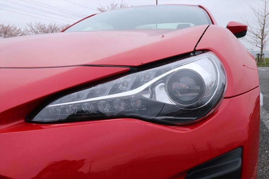 新しい「86」はヘッドライトがLEDに。夜間のドライブをより快適する