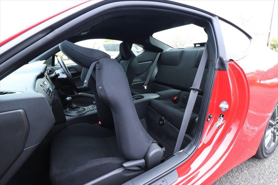 後ろの席に乗るときはリクライニングレバーを引き上げて、前のシートを倒す
