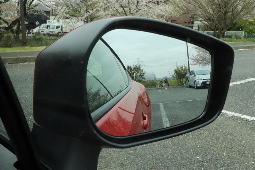 ドアミラーは上下方向に大きく、車線変更や駐車時も見やすい