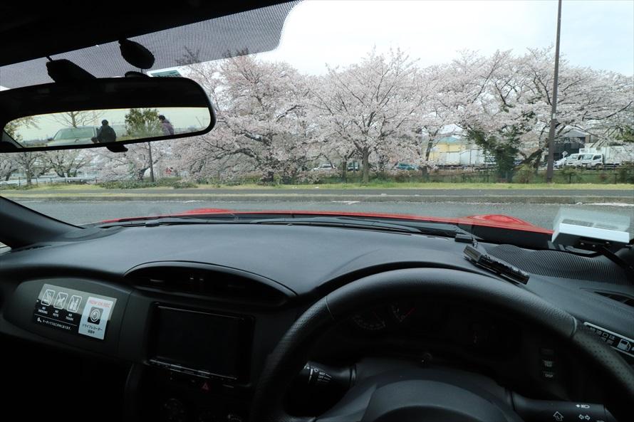 運転席からボンネットの両端が見えるため、車両感覚はつかみやすい