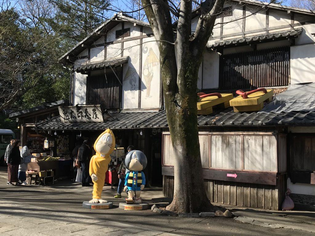 鬼太郎とねずみ男が出迎えてくれる「鬼太郎茶屋」。写真スポットとなっている
