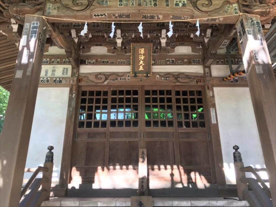 深大寺の名前の由来となった「深沙堂」。「良縁成就ご利益本尊」のお札が立てかけてある