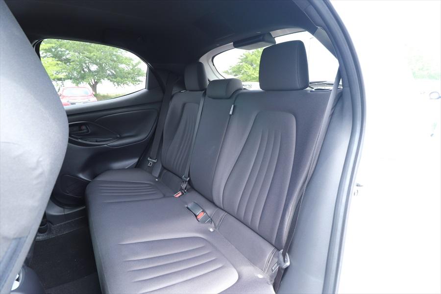 後席のシートもしっかりしていて、頭上はやや圧迫感があるものの、足元の広さは十分