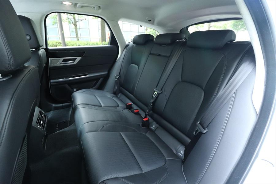 後ろの席のシートもゆったり。足元も広く、長距離のドライブも快適