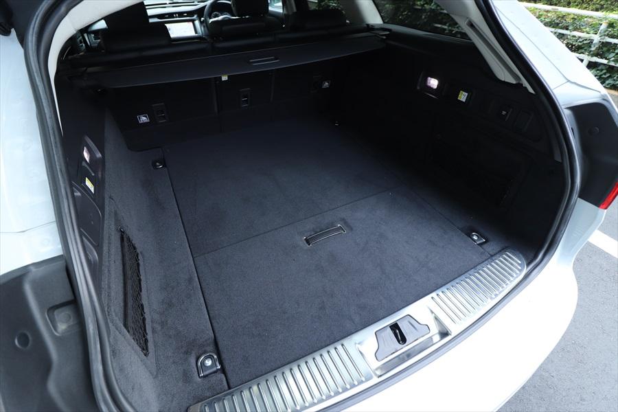 ステーションワゴンだけに荷室は広々。シートを倒さなくてもこれだけの奥行きがある