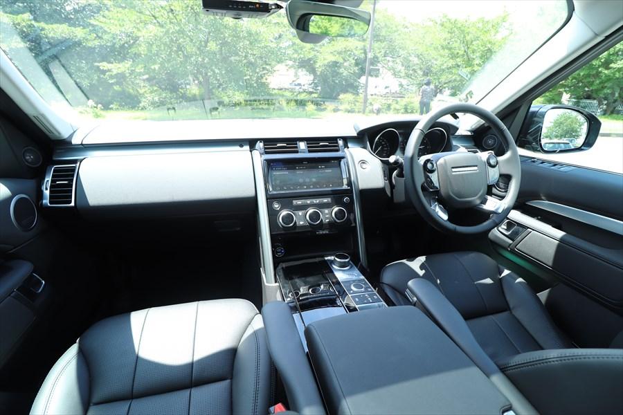 ブラックにシルバーが映えるインテリア。水平基調のデザインは車両感覚の掴みやすさにもつながっている