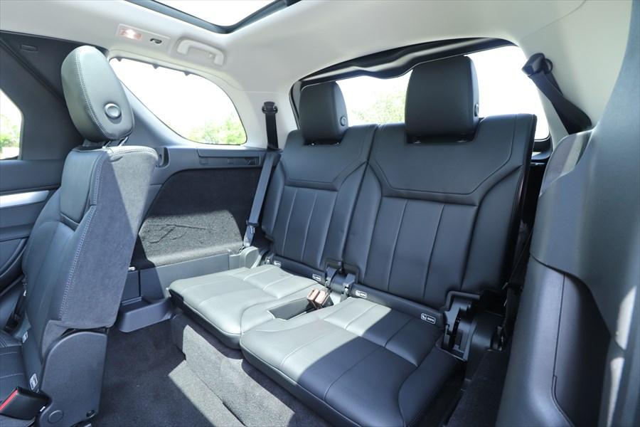 SUVの3列目は狭くなりがちだが、大人も十分に座れる広さがある