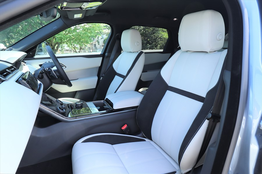 2トーンのシートはレザーで、運転席/助手席ともに電動調整式