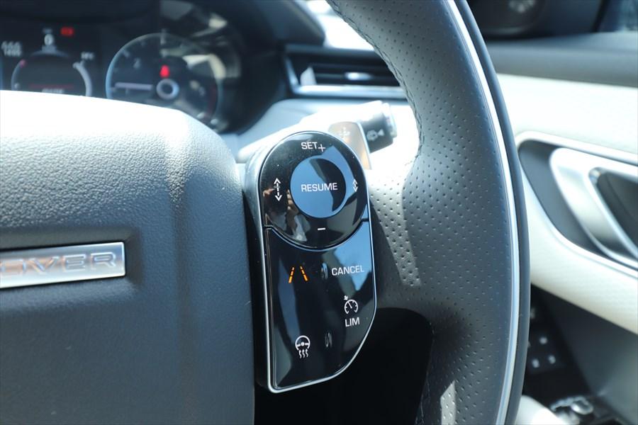 「+-」は設定速度の調整、左右にある矢印のボタンは車間距離の調整