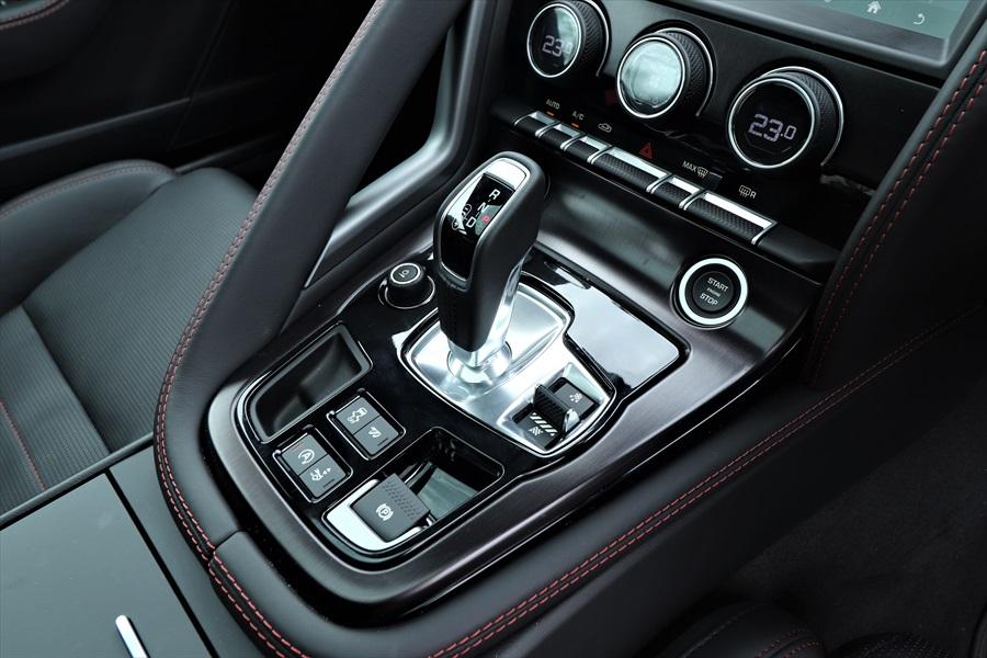 シフトはレバー式。レバー左はオーディオのON/OFFとボリューム、右はドライブモードの切り替えスイッチ