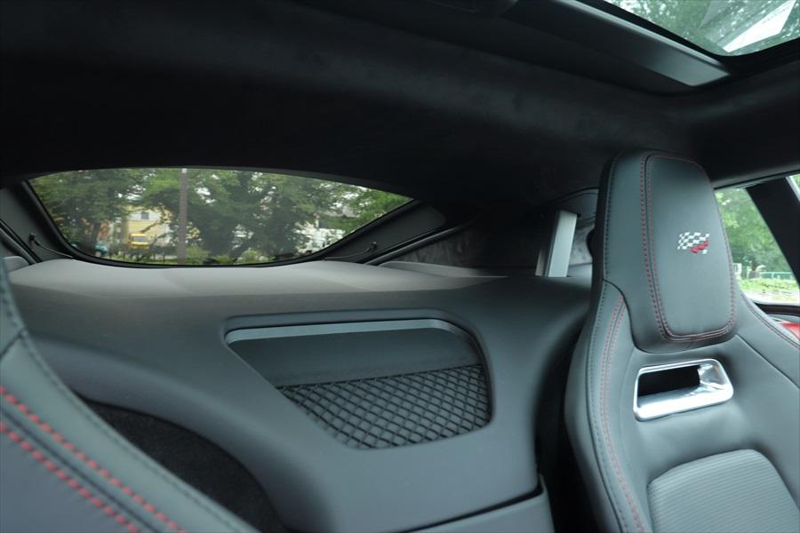 窓が小さく後方視界が狭いので車線変更や駐車時には注意が必要