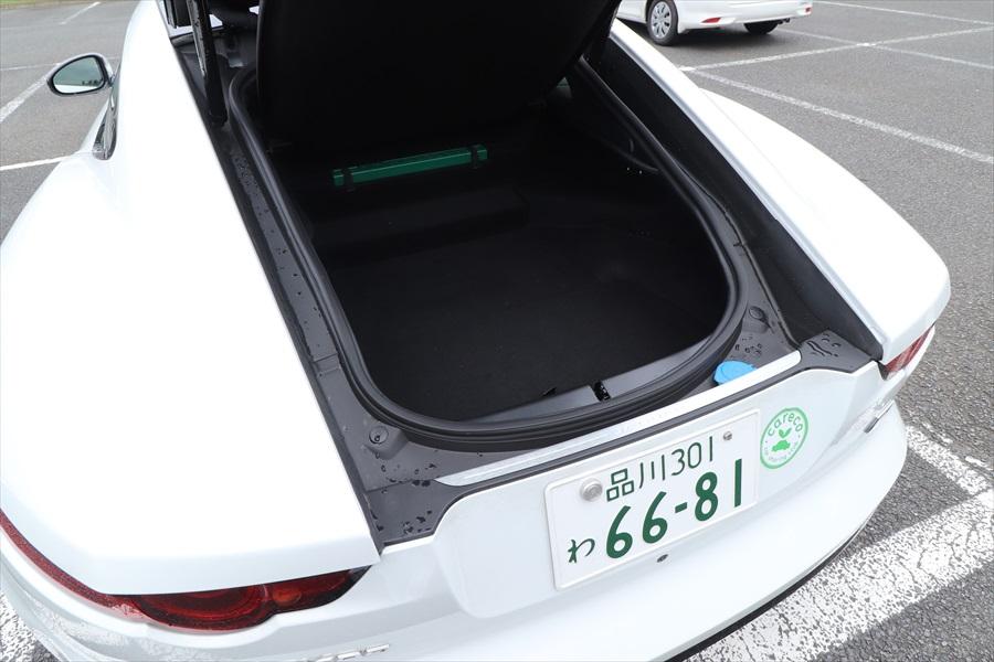 荷室は横幅が狭く、深さもないため、積めるのは手荷物程度