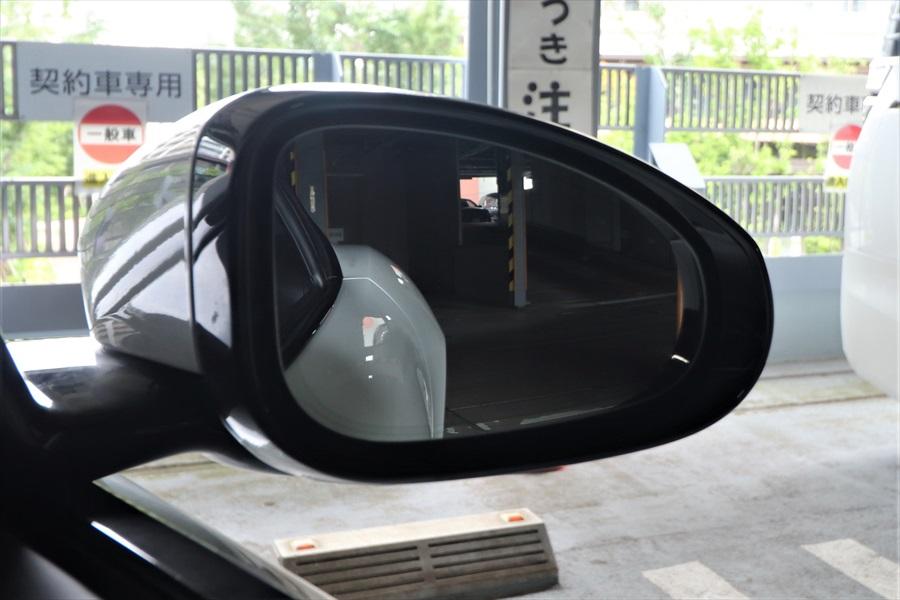 フェンダーが張り出したデザインのため、車幅感覚にも気をつける
