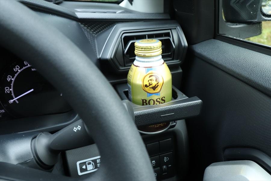 運転席と助手席のカップホルダーは、エアコンの風を当てて冷やせるようになっている