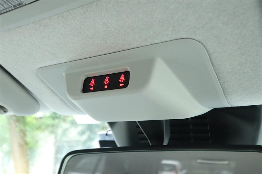 ルームミラーの上部には、後ろの席のシートベルト着用状況がわかる表示を設置