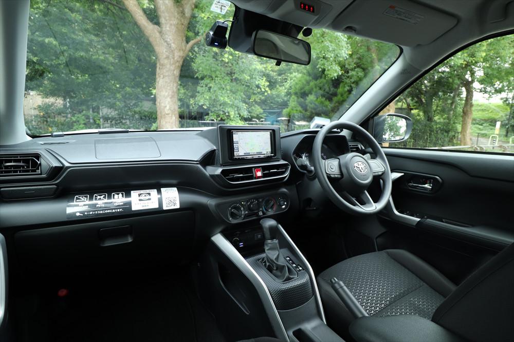 前後左右の窓の傾斜が小さく、広々感があると同時に車両感覚もつかみやすい