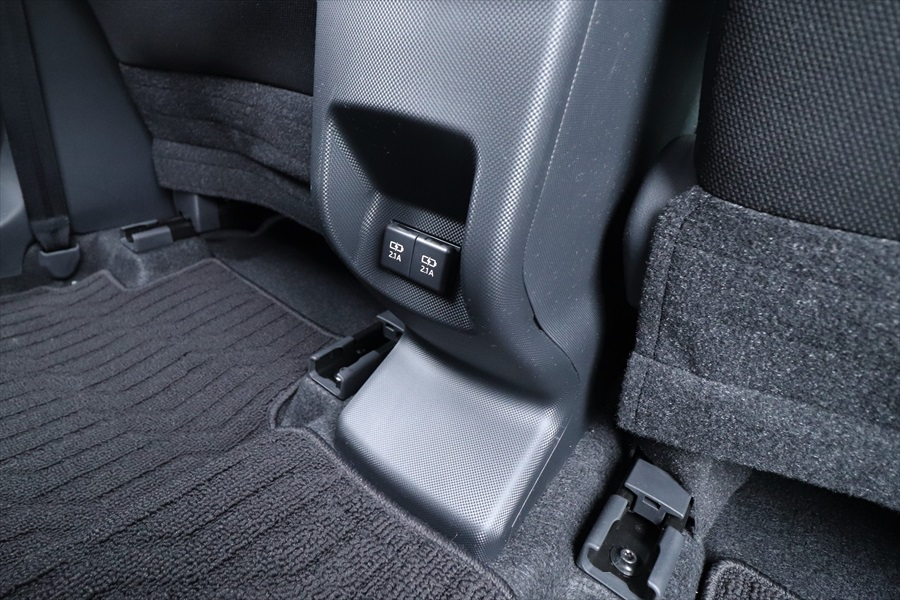 後ろの席に座る人のためにも2つのUSBソケットがあり、スマホの充電などができる