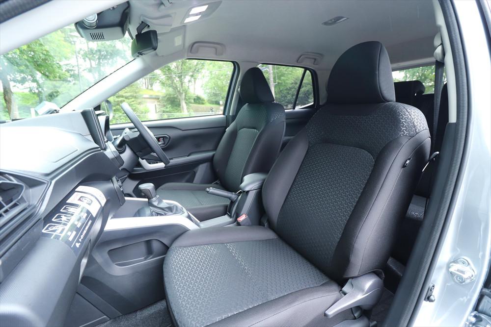 シートの形状もシンプル。窓が大きいため室内が明るく視界もいい