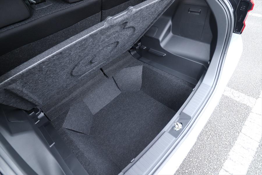 カレコのクルマに装備されるジュニアシートやお掃除グッズは床下に収納でき、荷室を広く使える